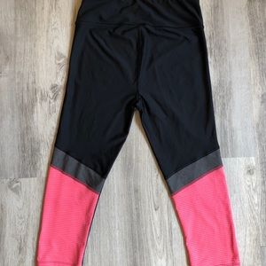 Under Armour Pants & Jumpsuits - Cute Under Armour Cropped Leggings Size Small